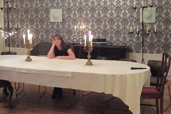 Frau alleine am Tisch